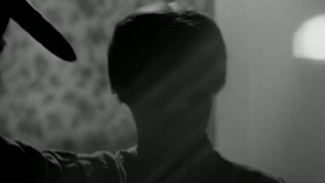 ¿Cuál es el primer asesinato de Alex que se muestra o se da a entender en la película? ¿A quién matan él y sus colegas?
