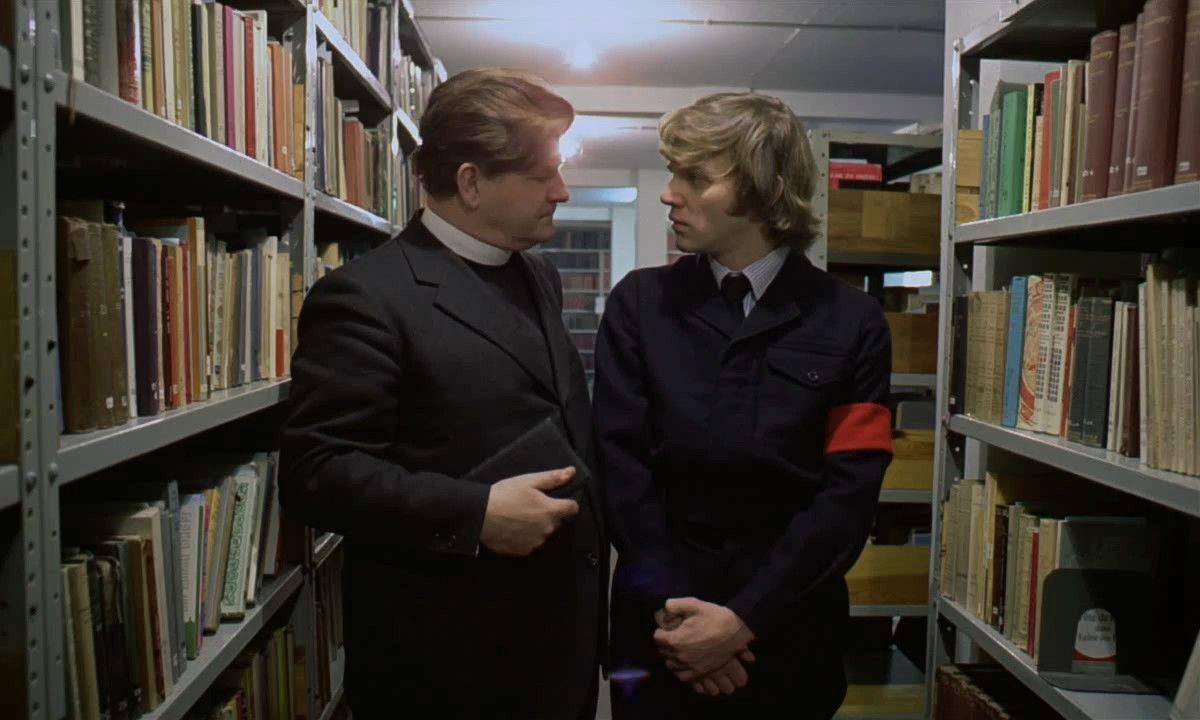 Según el libro. ¿Por qué el sacerdote de la capilla de prisión no quiere que Alex se someta al método Ludovico?