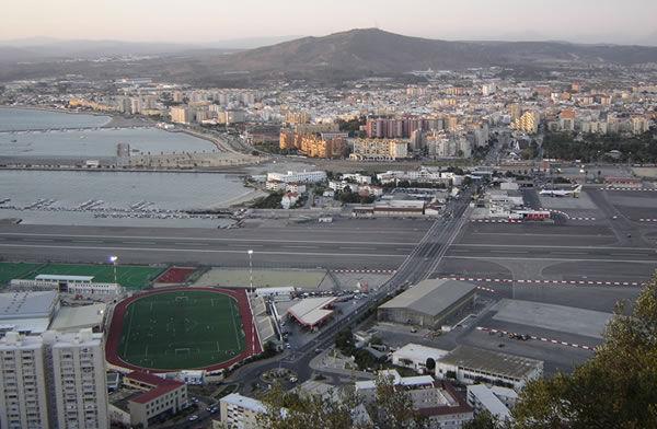 ¿En cuál de estos aeropuertos en la pista de aterrizaje cruza una avenida por donde circulan coches?