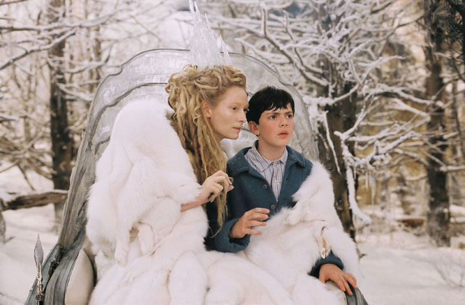 Edmund se encuentra con la Bruja Blanca, ¿qué comida le entrega (diciéndole que habrá más si va con sus hermanos a su castillo)?