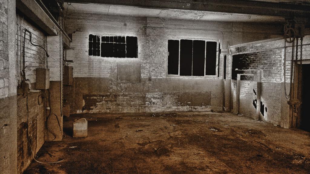 Tras darte cuenta de que estás en una habitación de tortura mientras buscas alguna forma de salir del lugar, ves una ventana...