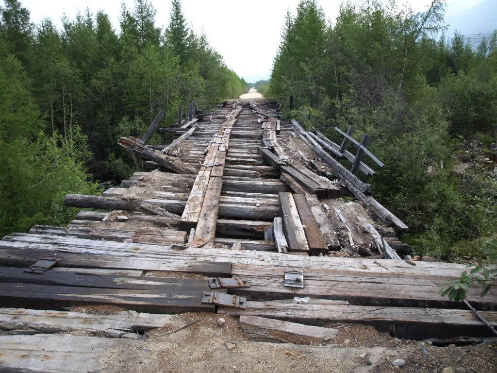 Corriendo llegas hasta un puente, pero está roto...