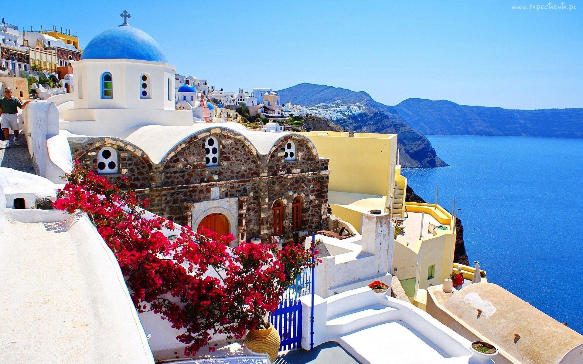 ¿La costa de qué país se caracteriza por sus casas con elementos azules?