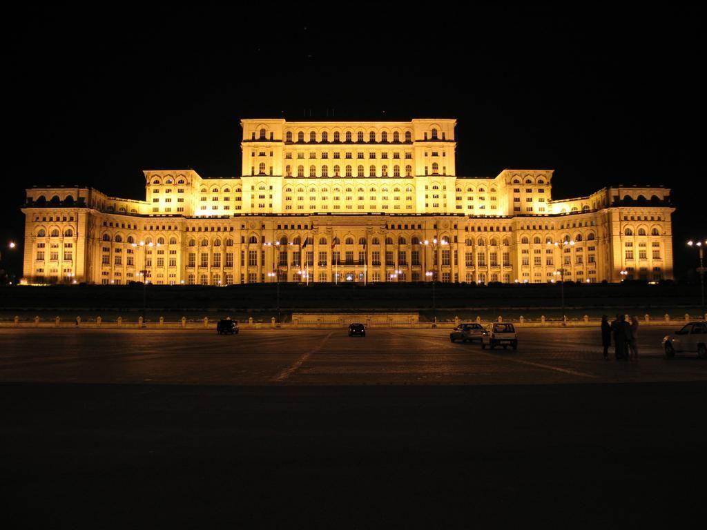 ¿En qué capital estatal europea se encuentra el segundo edificio más grande del mundo, detrás del Pentágono estadounidense?