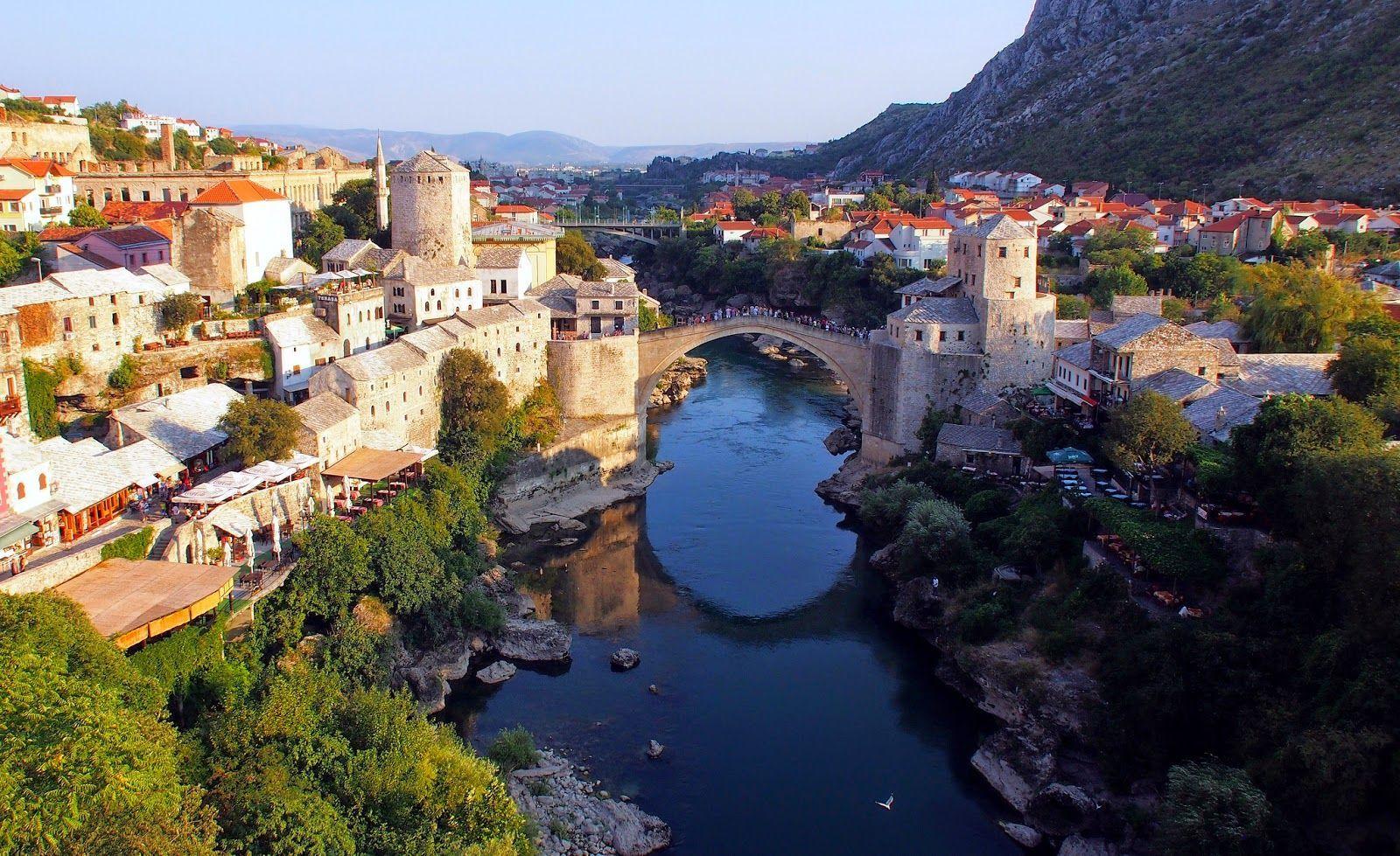 A veces la capital no es lo más turístico en un país. ¿A qué ciudad turística pertenece el puente de esta fotografía?