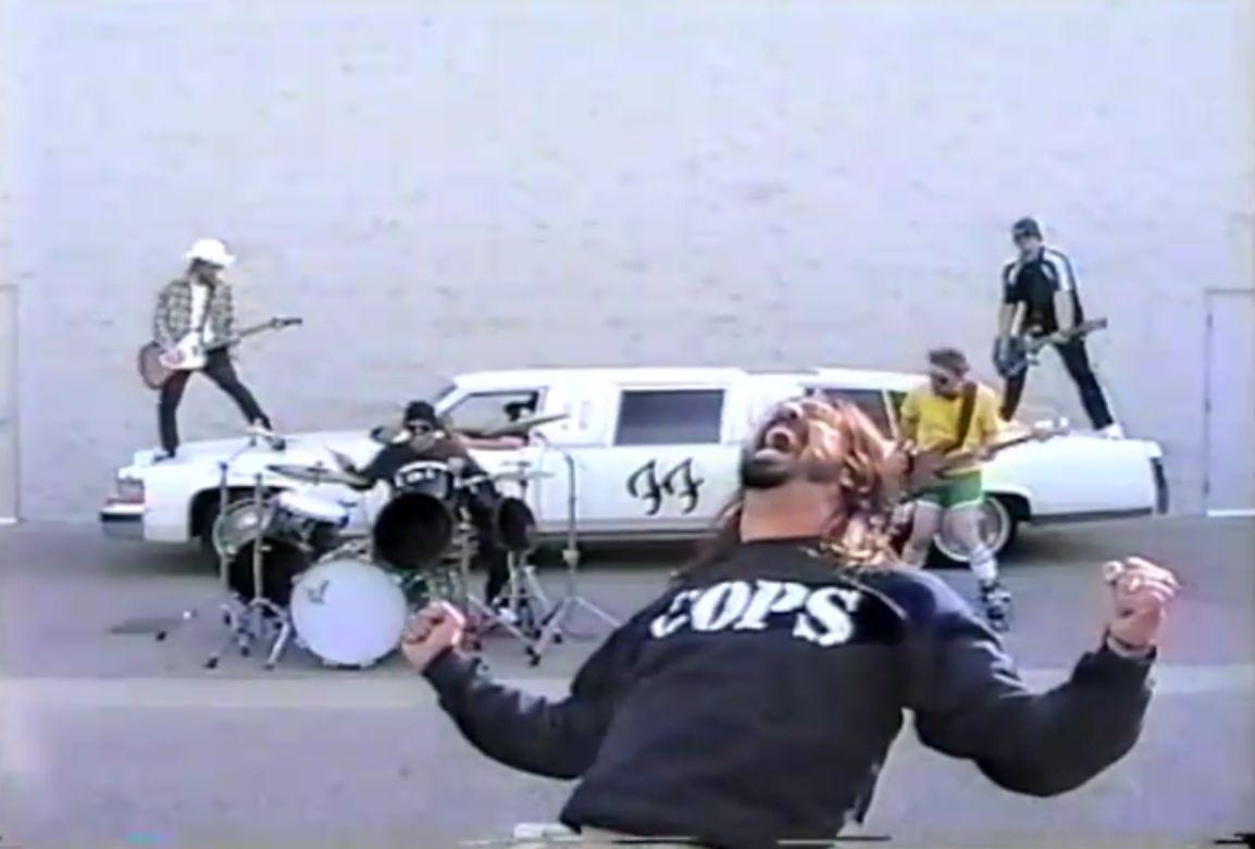 En el videoclip de White Limo otra estrella de Rock y amigo de Grohl hace su aparición junto a la banda, ¿quién es?