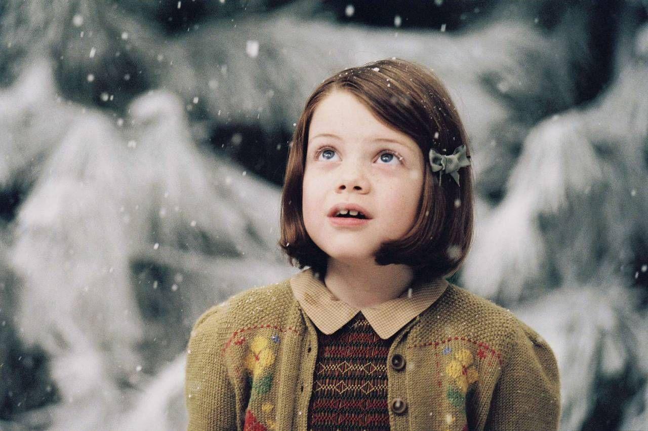 Éste les hace regalos a cada uno de los niños. ¿Qué regalos le hace a Lucy?