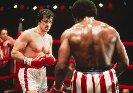 Cuando Rocky se enfrenta por primera vez con Apollo, ¿de qué va disfrazado su contrincante?