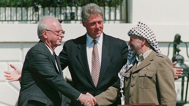 Yasir Arafat e Isaac Rabin lideran un proceso de paz que culmina en los acuerdos de Oslo.