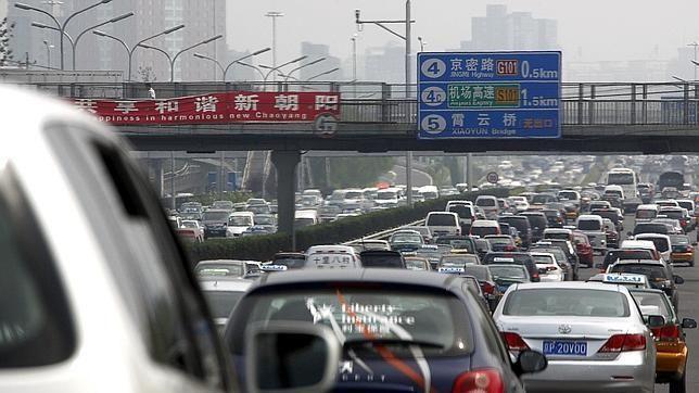 Llegáis a la autopista. Está colapsada de coches. A lo lejos hay una barricada y se escuchan algunos disparos y explosiones...