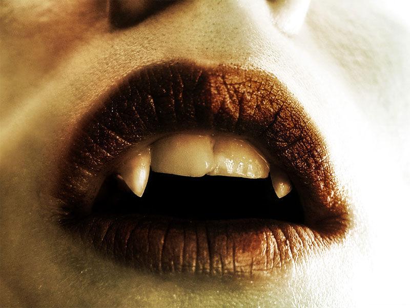 Mantienes los ojos abiertos y ves aterrado unos enormes colmillos en su boca.