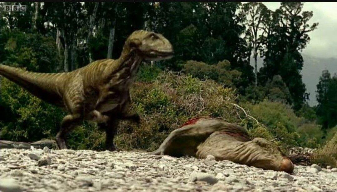 Mientras observabas, un deprepador ha salido de la maleza y ha cogido por sorpresa al dinosaurio que estaba bebiendo.
