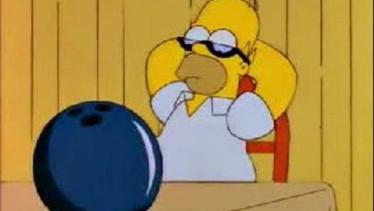 ¿Cuál es el motivo de que Homer deje su trabajo en la bolera y regrese a la central nuclear?