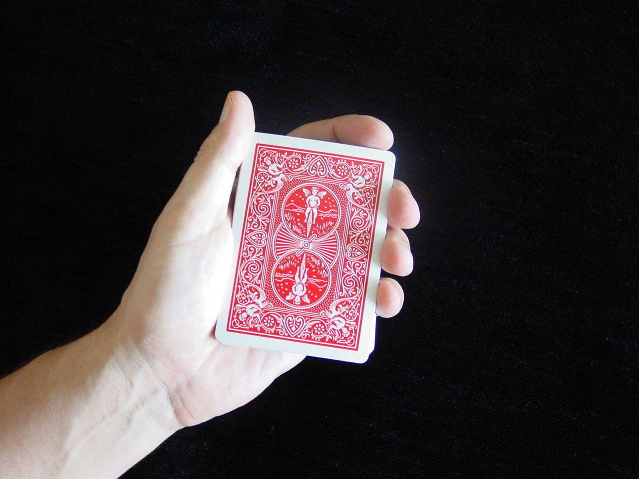 Pon las 7 cartas cara abajo sobre la palma de tu mano como muestra la imagen.