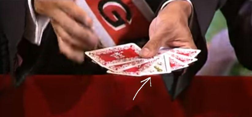 Con las 7 cartas cara abajo, las abrimos en abanico, y le damos la vuelta a la del centro, es decir, la cuarta carta (imagen)