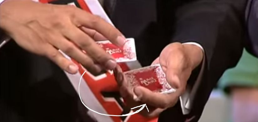 Cierra el abanico. Ahora coge unas pocas cartas de arriba (de 1 a 6) y pásalas debajo (es decir, cortar)