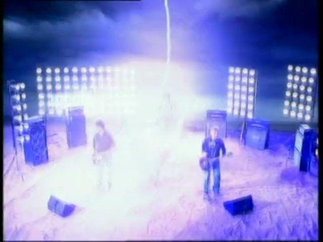 En el Video de Get Free caen rayos en donde está tocando la banda, ¿Qué pasa al final?