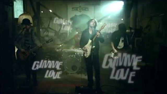 El video Gimme Love, está basado en una película ¿Cuál es?