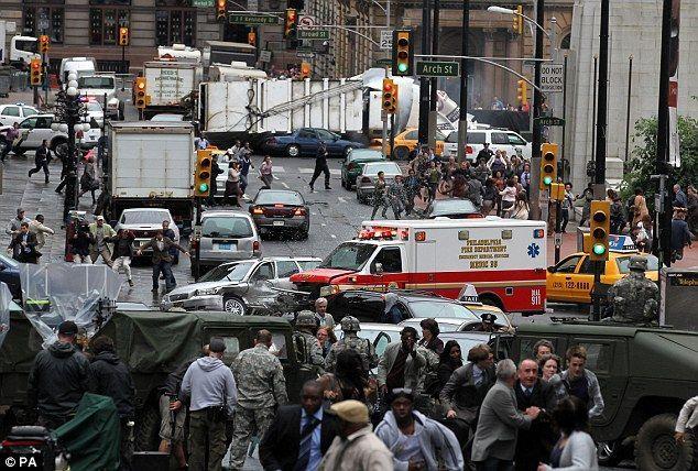 Si elegiste la pregunta 15 antes: Estáis en mitad del cruce de una calle. Hay mucha gente y caos. ¿A qué lugar debéis de ir?