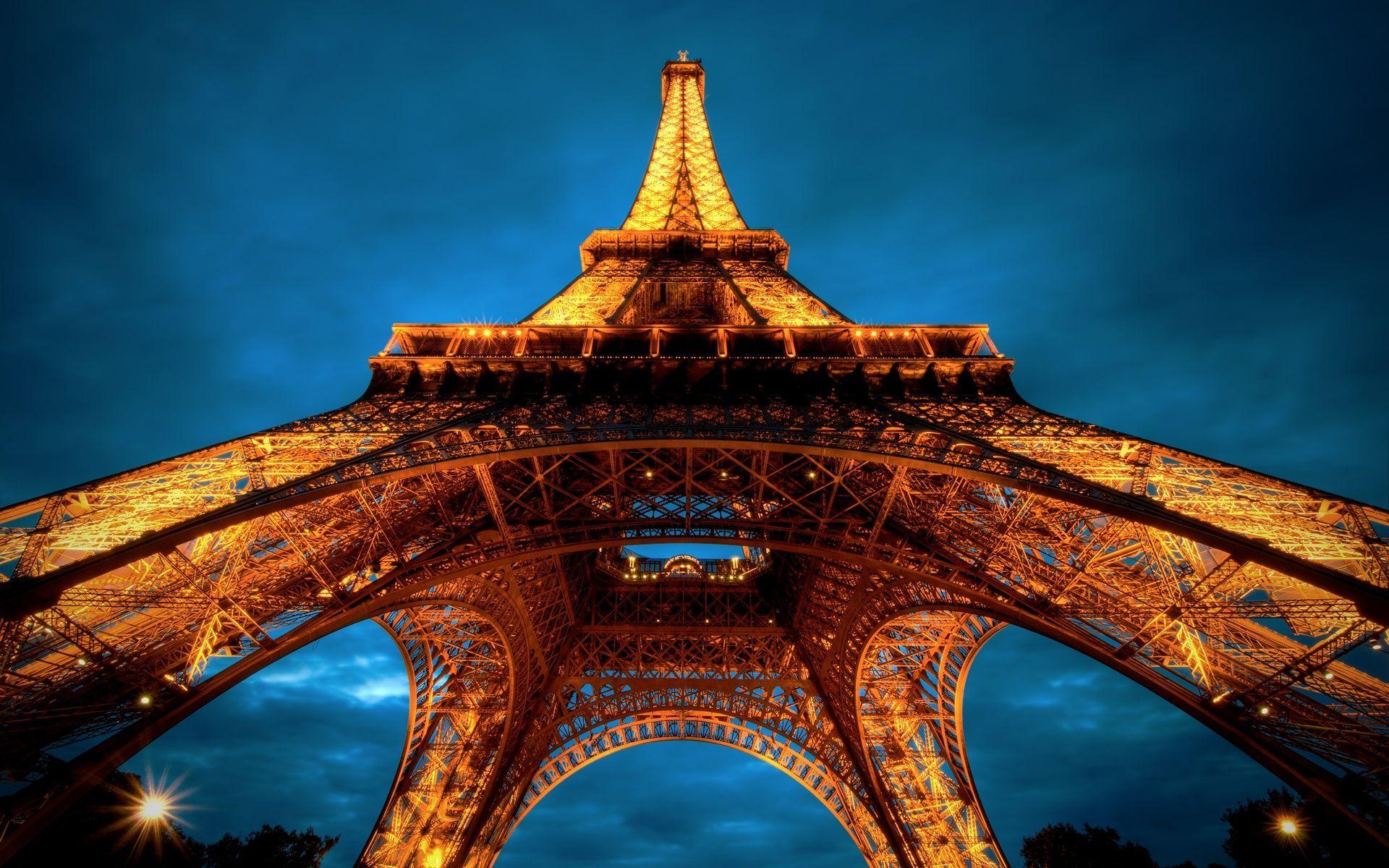 ¿Cuántos escalones tiene la Torre Eiffel desde la base hasta la cima?