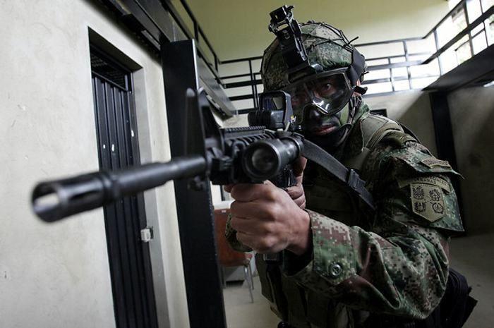 Entráis y buscáis a los militares gritando «¡Ayuda!» Los militares acuden y os rodean pensando que estáis infectados...