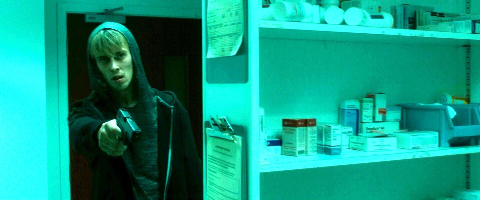 Comenzáis a abasteceros de provisiones. Un hombre con una pistola os mata para robar vuestra comida y medicamentos. Has muerto.
