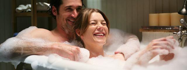 Una fácil: ¿Como se conocen Meredith y Derek en el primer capítulo?
