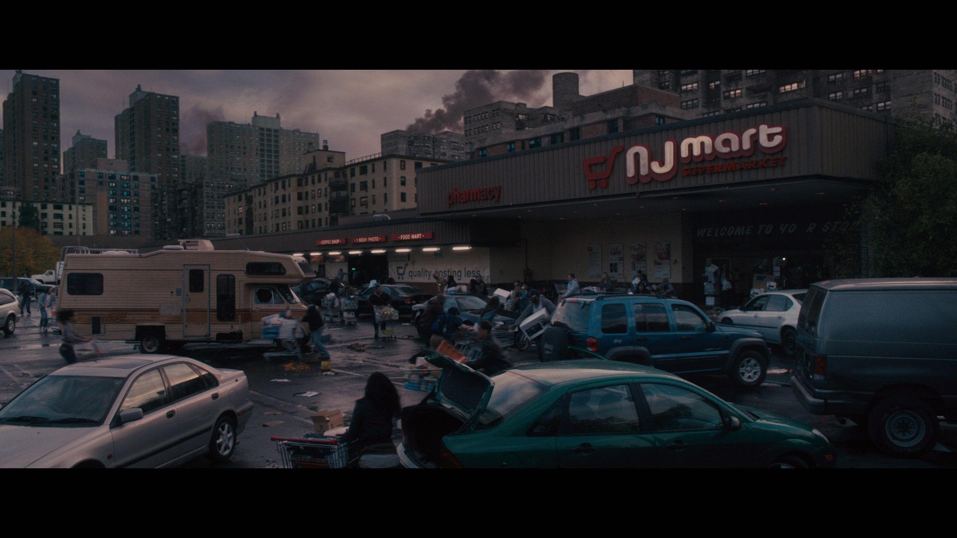 Llegáis al supermercado. La gente se pelea por la comida y los medicamentos, hay gente armada y una autocaravana...