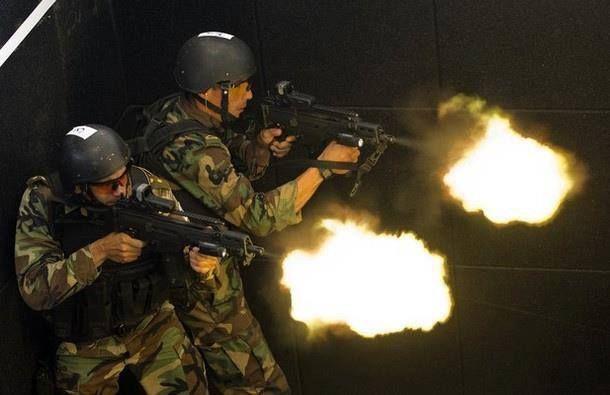 Vuestros esfuerzos para libraros/simpatizar de/con los militares han fracasado. Os disparan y os matan a todos. Has muerto.