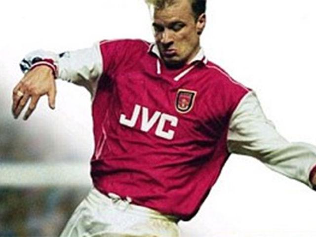 ¿En qué año fue Dennis Bergkamp la estrella de FIFA?