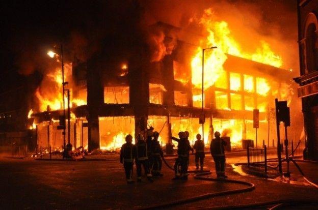 Hay un instituto y un hospital en llamas y viene la ambulancia ¿Qué apaga primero?