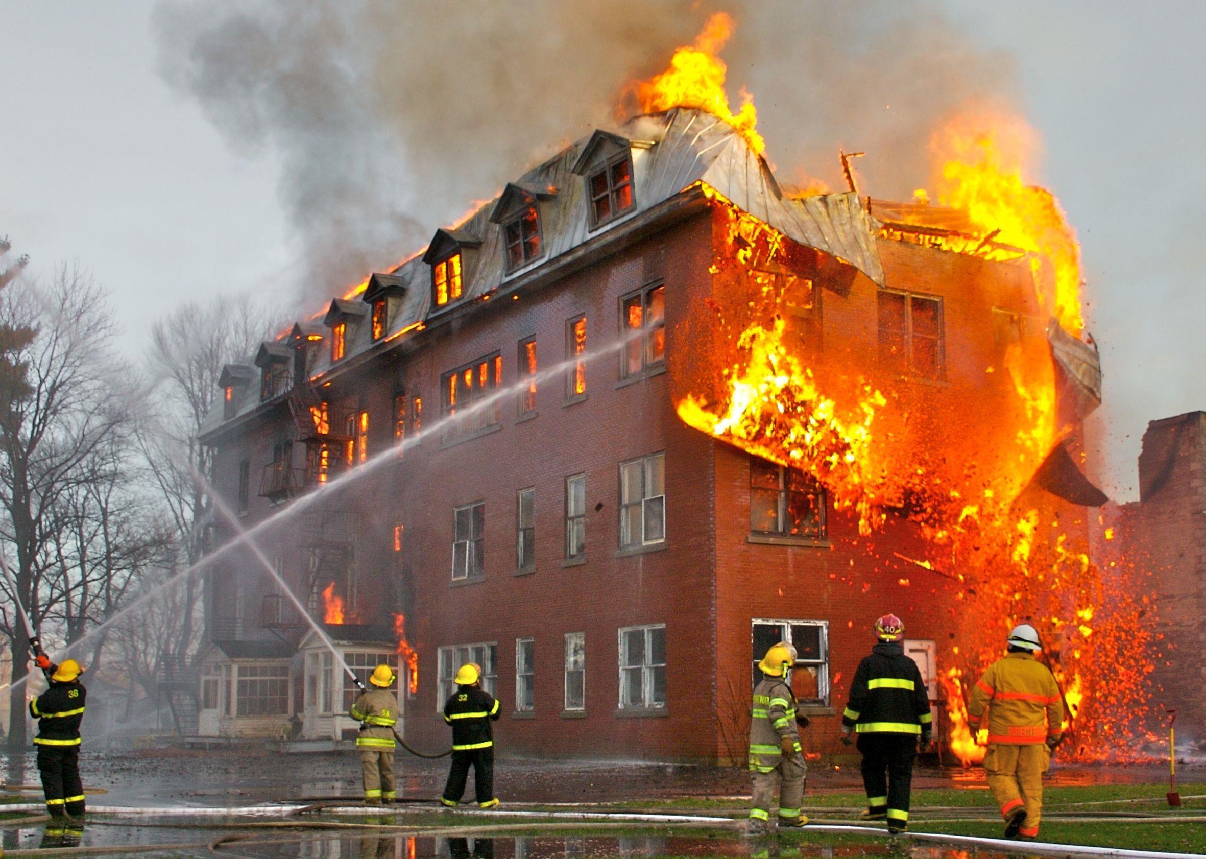 Hay un colegio y un hospital en llamas y viene la ambulancia ¿Qué apaga primero?