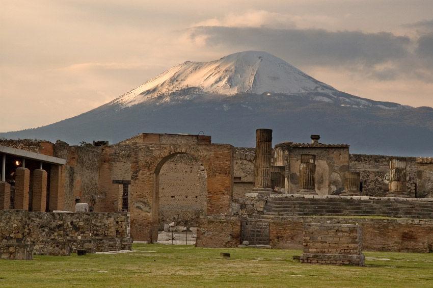 ¿Cómo se llama el volcán italiano que sepultó Pompeya en cenizas, petrificando todo a su paso?