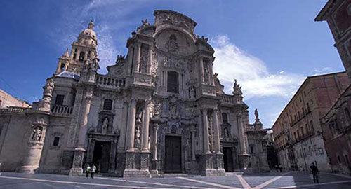 ¿En qué tipo de arte está basada la fachada de la catedral de Murcia?