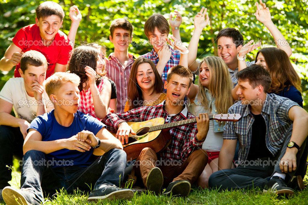 Vas por la calle y te encuentras a un grupo de gente cantando una canción conocida ¿Cómo reaccionas?