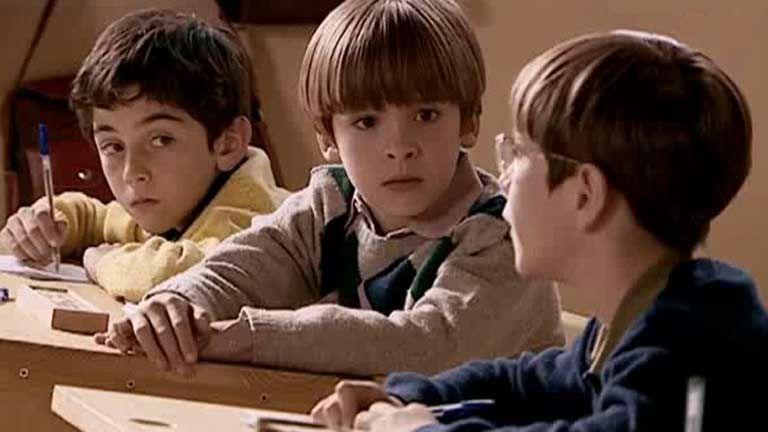 ¿Cómo se llaman los dos primeros mejores amigos de la infancia de Carlos Alcántara?