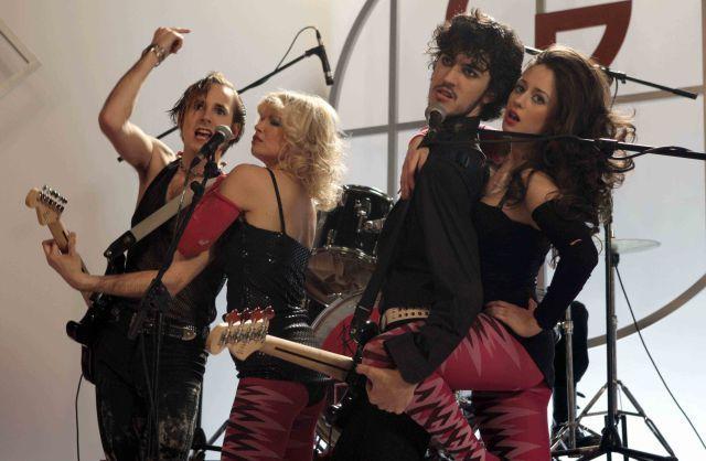 ¿Cómo se llama el grupo de música que forman los amigos de Carlos, siendo éste su representante?