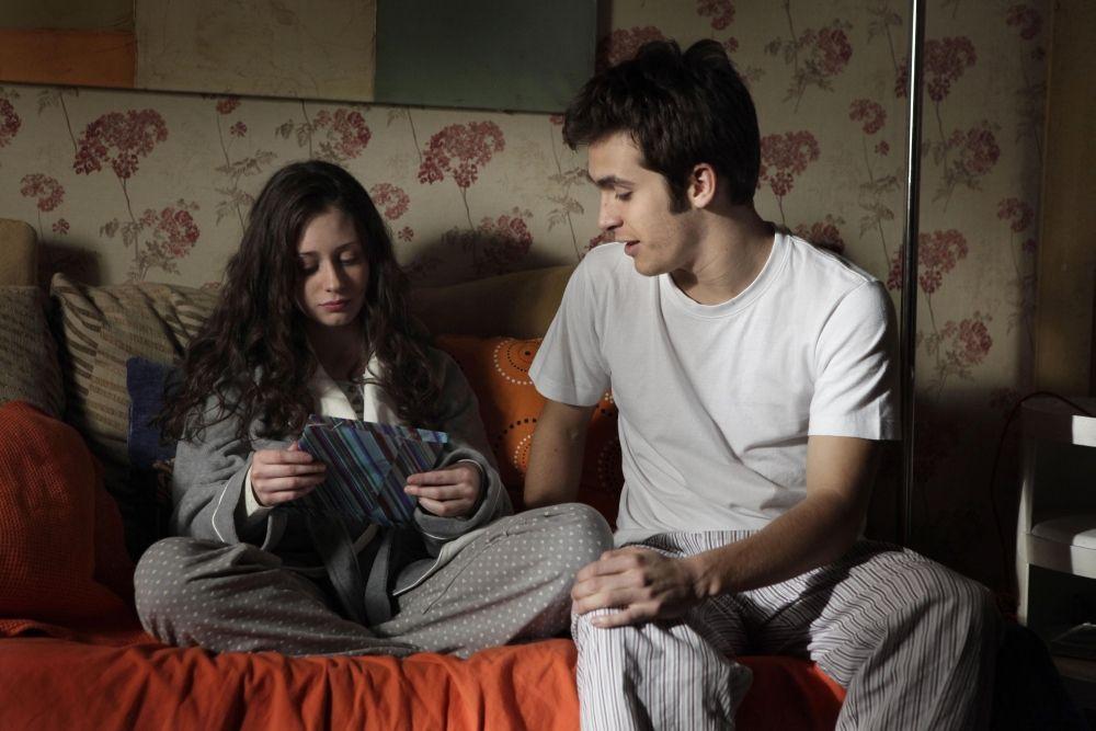 ¿Por qué Karina se va de su casa y se va a vivir con Carlos?