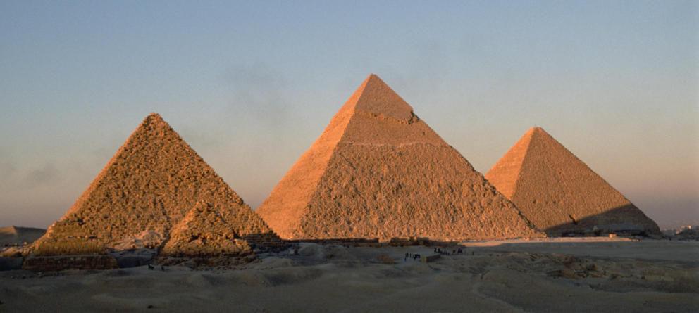 Los egipcios construyeron tres enormes pirámides que albergaban los cuerpos de sus faraones¿Cuáles son sus nombres?