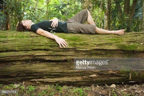Os adentráis en el bosque y encontráis una botella de agua y dos cuchillos. Después os encontráis un tributo medio muerto.