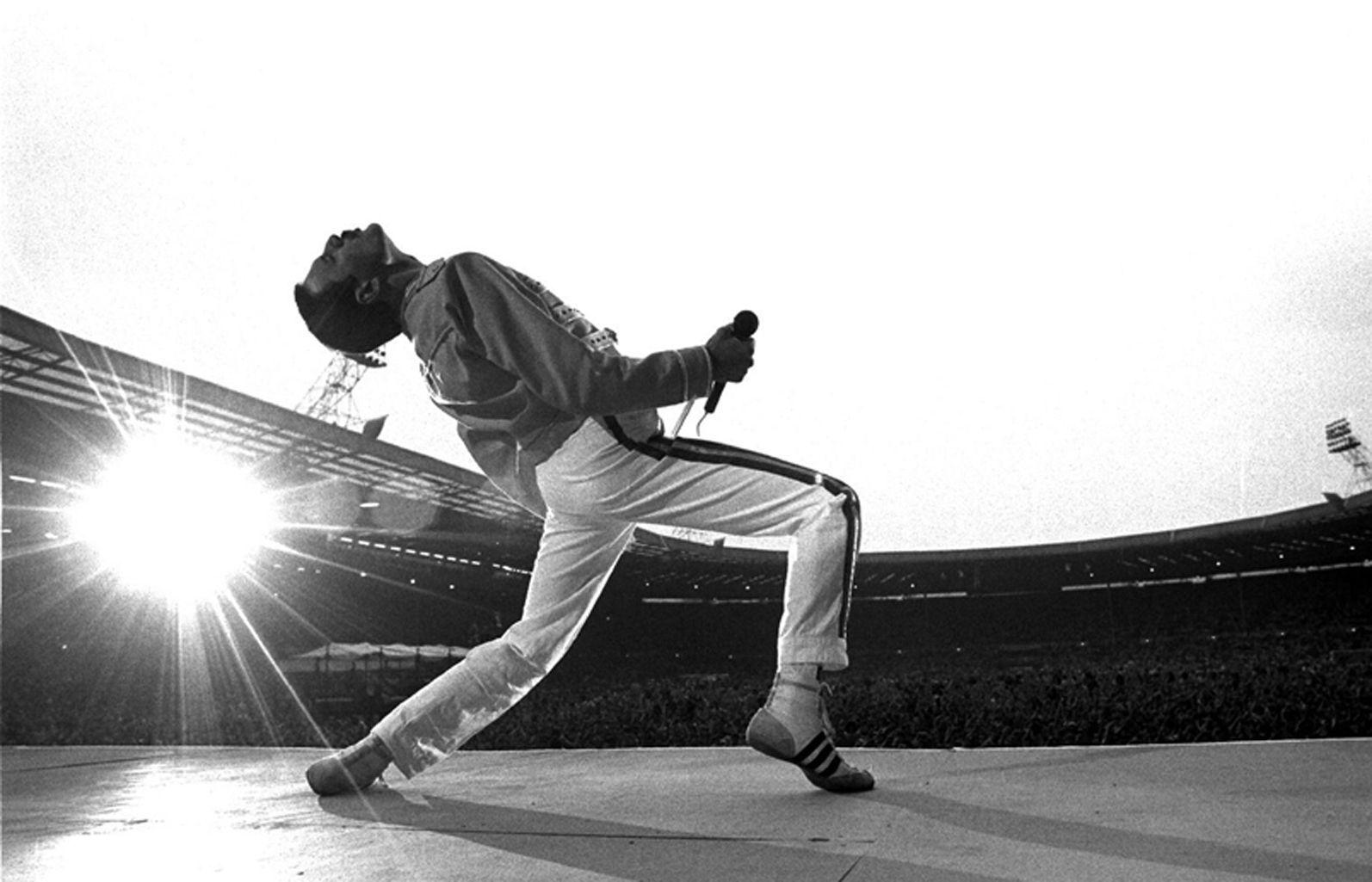 ¿Qué año hizo Queen su famosa actuación en el Wembley Stadium?