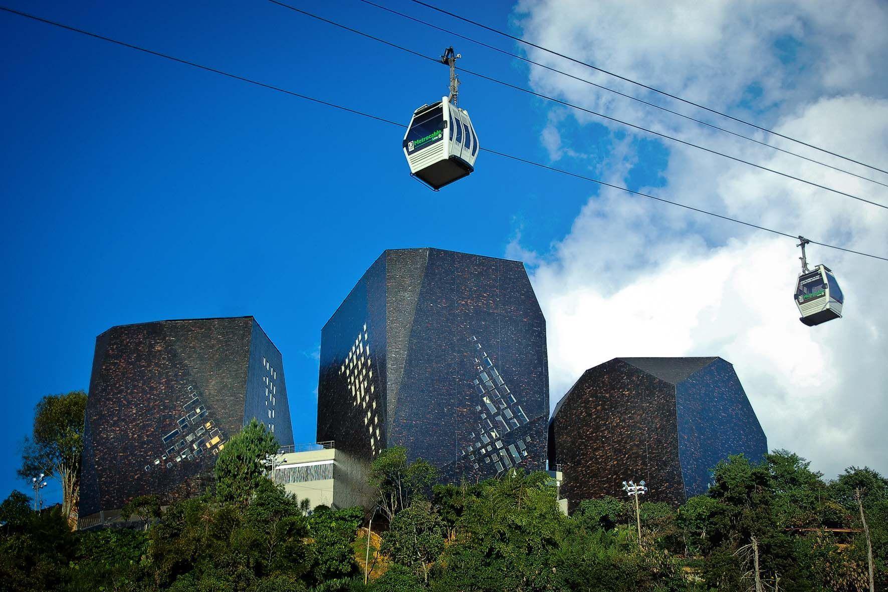 En Medellín se construyó una biblioteca pública en honor a España. Esta se llama..