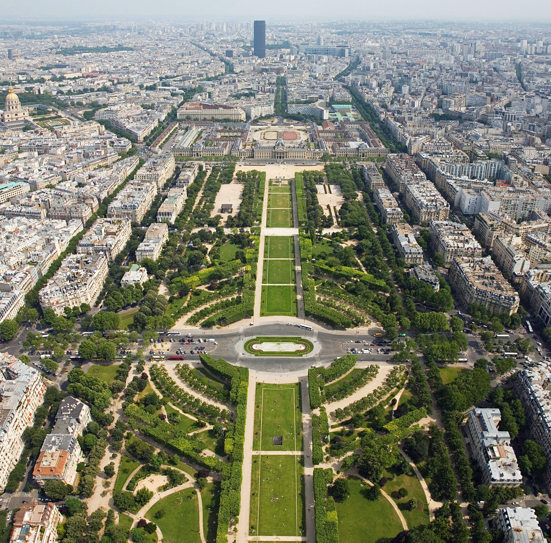 La explanada que hay a los pies de la torre Eiffel recibe este nombre