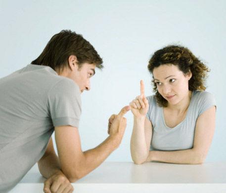 Ha terminado de hablar con esa chica y vuelve al grupo. Él te dice