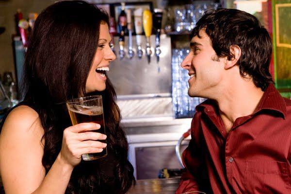 Has salido de fiesta con tus amigas y te has llevado al novio. Ves que una de ellas está hablando mucho con él. ¿Qué piensas?