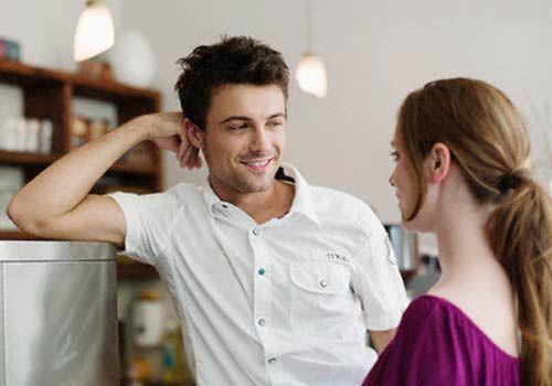 Has salido de fiesta con sus amigas y una de ellas te habla mucho. Ves que eso enfada a tu novia ¿Qué haces?