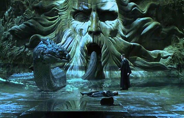 En La Cámara Secreta, ¿qué frase utiliza Tom Riddle para abrir la estatua que encierra al basilisco?