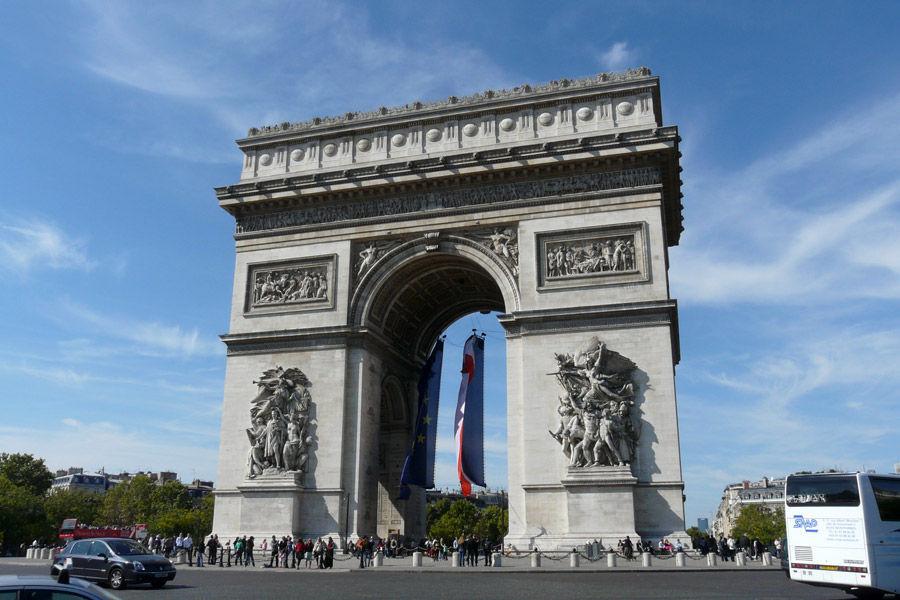 ¿En qué ciudad francesa se encuentra el Arco del Triunfo?