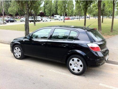 Tu amigo se ha comprado un coche nuevo. Su novia le pide que le deje conducirlo pese a su inexperiencia al volante ¿Qué hace?
