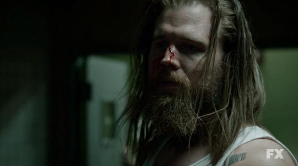 ¿Con qué mata Jax al celador de la cárcel que apostó en la muerte de Opie?